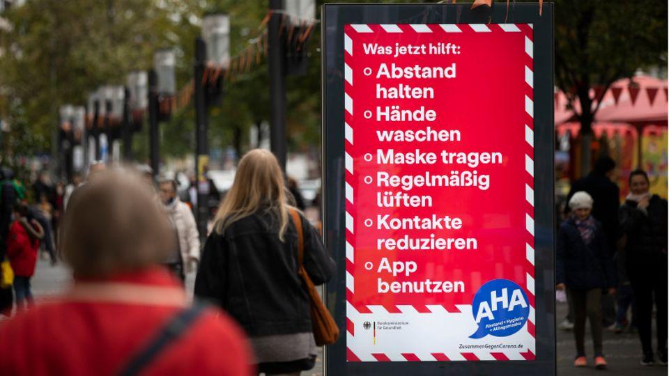 Die AHA-Regeln im Stadtzentrum von Berlin.