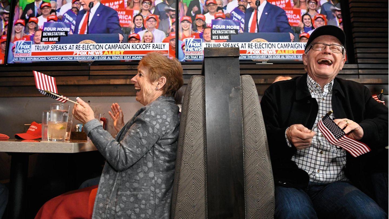 Nur George Washington habe vor seiner Wiederwahl gute Umfragewerte gehabt: Diese Bemerkung Donald Trumps bei einem Auftritt im Juni vergangenen Jahres  amüsiert diese beiden Trump-Fans aus Denver im US-Bundesstaat Colorado