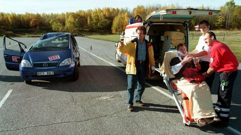 """Vom """"Elchtest""""hatte bis Herbst 1997außerhalb der Autobranche wohl kaum jemand gehört. Das änderte sich am 21. Oktober 1997. Ein missglückter """"Elchtest""""der A-Klasse von Daimler-Benz katapultierte jenes Fahrmanöver in die Schlagzeilen. An jenem Tag kippten schwedische Autotester bei einem Ausweichmanöver mit dem Auto um, es landete auf dem Dach. Auf dem Foto von damals ist zu sehen, wie Ersthelfer den verletzten Fahrer an der Unfallstelle versorgen. Zum Glück erwiesen sich die Verletzungen als leicht. Die Fahrübung – in Schweden auch """"Kindertest""""genannt – soll zeigen, ob ein Wagen schnell ausweichen kann, wenn ein plötzliches Hindernis auftaucht. Der Unfall war zunächst ein Image-Desaster für Daimler und seinen neuen """"Baby-Benz"""". Doch das Unternehmen reagierte nach anfänglichem Zögern und rüstete die Fahrzeuge mit dem ESP-Stabilitätsprogramm nach – damals ein Novum bei kleineren Fahrzeugen. Heute gilt das """"Elchtest""""-Kapitel als Musterbeispiel dafür, wie eine Firma aus einem Misserfolg lernen kann. Die mit dem Stabilisator nachgerüstete A-Klasse wurde zum Verkaufsschlager – und ESP wurde zum Standard in einer ganzen Branche."""