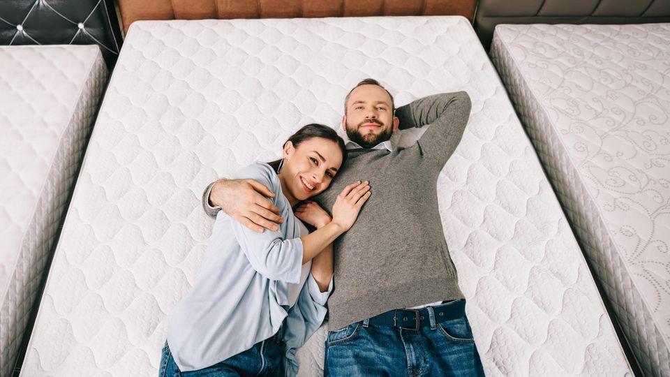 Matratzen im Check bei Stiftung Warentest: Ein Paar liegt Probe auf einer Matratze