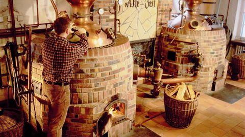 In der Brennerei Scheibel werden die Kessel für den Roh- und Feinbrand wie eh und je mit Holz befeuert