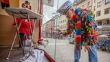 """Sonntagmorgen, vor dem Start des """"Schull- un Veedelszochs"""", in der Kölner Südstadt. Mensch und Hund, beide vernarrt. Auf dem Hemd des Hundes Michael Jacksons Songtitel """"Who's bad?""""Ich bin dem Zug über sieben Kilometer gefolgt und absolvierte die gleiche Tortur am Tag darauf, beim Rosenmontagszug, erneut. Resultat: ein Meniskuseinriss und ein paar schöne Bilder."""