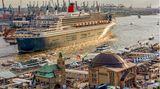 """Hafengeburtstag in Hamburg. Die """"Queen Mary""""läuft aus. Ein """"Aufbruch in die Ferne""""-Foto, symbolisch für meine neue Heimatstadt, wo ich als Fotograf in den 1970er Jahren begonnen hatte, für GEO und sternin die Welt zu reisen."""