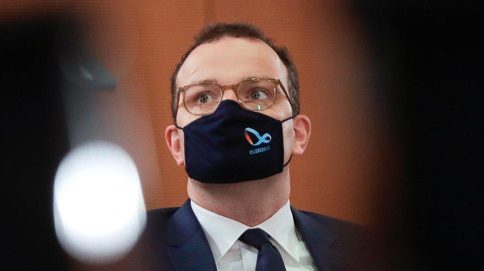 Jens Spahn (CDU), Bundesgesundheitsminister, mit Mund-Nasen-Schutz während einer Sitzung des Bundeskabinetts