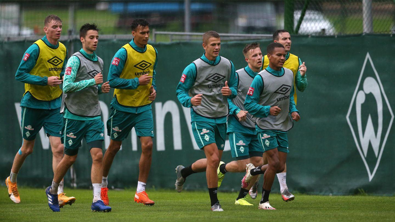 Spieler von Werder Bremen laufen sich nach dem Training aus