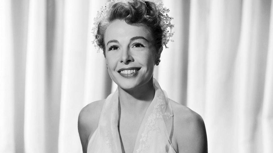 """21. Oktober 2020  US-Star Marge Champion war eine der führenden Tänzerinnen und Choreographinnen von Hollywood in den 1940er und 1950er Jahren und diente als Modell für Disneys Animationsfilm """"Schneewittchen und die sieben Zwerge"""" (1937). Nun ist sie im Alter von 101 Jahren am Mittwoch in Los Angeles gestorben.Das bestätigte der New Yorker Star-Tanzlehrer Pierre Dulaine dem """"The Hollywood Reporter"""".  1975 wurde Champion mit einem Emmy Award in der Kategorie Outstanding Achievement in Choreography für """"Queen of the Stardust Ballroom"""" ausgezeichnet. 2007 wurde sie offiziell zur """"Disney Legend"""" ernannt. Seit 2009 gibt es einen ihr gewidmeten Stern auf dem Walk of Fame in Hollywood.  Am 2. September hatte Marjorie Celeste Belcher, wie Marge Champion gebürtig hieß, noch ihren 101. Geburtstag gefeiert. Die Künstlerin war in ihrem langen Leben dreimal verheiratet. Siehinterlässt zwei Söhne, darunter Produzent und Regisseur Gregg Champion (""""Die glorreichen Sieben"""") und eine Stieftochter, die Schauspielerin Katey Sagal (""""Eine schrecklich nette Familie"""").  Das Foto zeigt Marge Champion 1952 bei Aufnahmen zu dem Film """"Everything I Have Is Yours"""".  Quelle: SpotOnNews"""