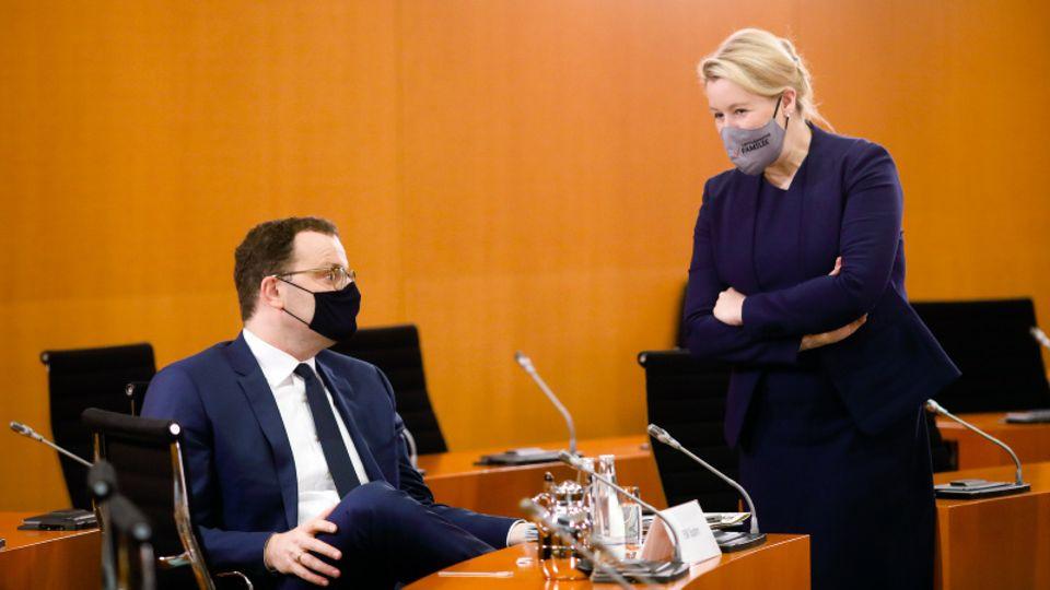 Jens Spahn (CDU) und Franziska Giffey (SPD) unterhalten sich.