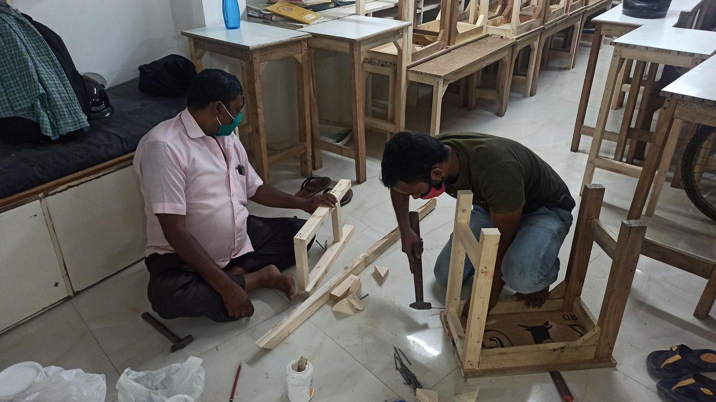 """Helfer des """"Sunshine Project"""" machen die Tischeund Bänke des Hausesfür die Rückkehrder Straßenkinder """"coronasicher"""""""