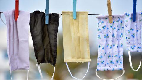 Mundschutze hängen zum Trocknen über einer Leine