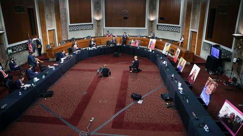 Im Justizausschuss des US-Senats protestieren Demokratengegen die Nominierung von Amy Coney Barretts.