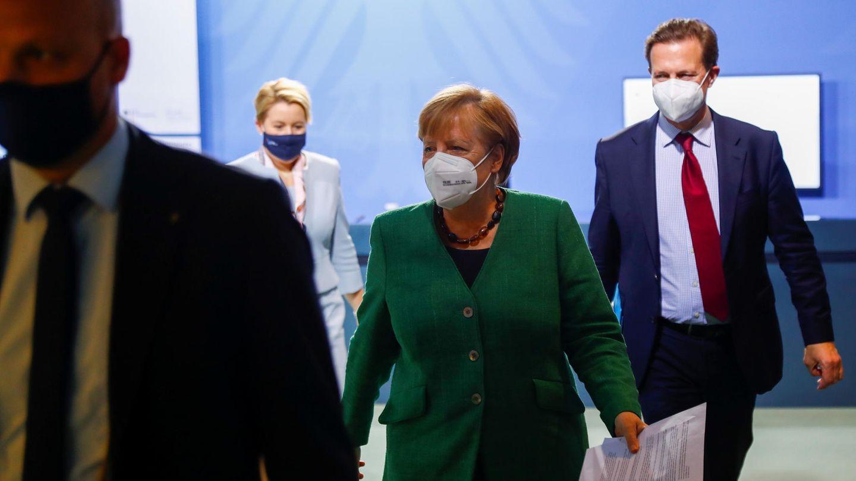 Bundeskanzlerin Angela Merkelmit Regierungssprecher Steffen Seibert (r.) beim Integrationsgipfel im Bundeskanzleramt