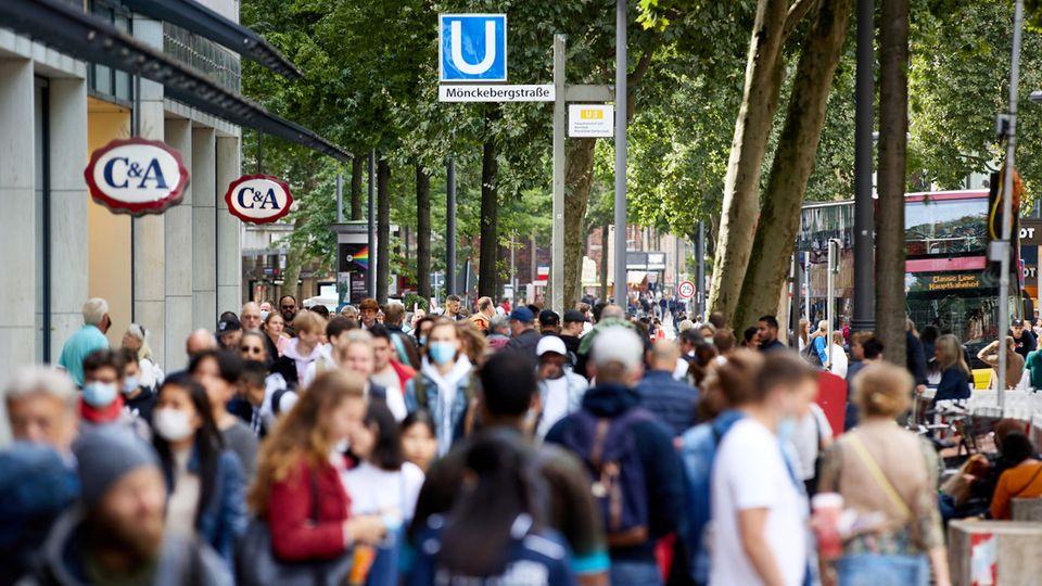 Corona-News: Menschen in der Hamburger Innenstadt
