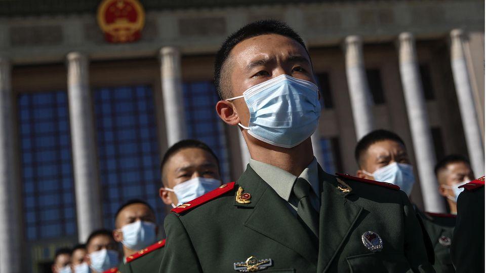 News von heute: Polizisten des Paramilitärs bei einer Parade anlässlich des 70. Jahrestags des Eintritts Chinas den Koreakrieg