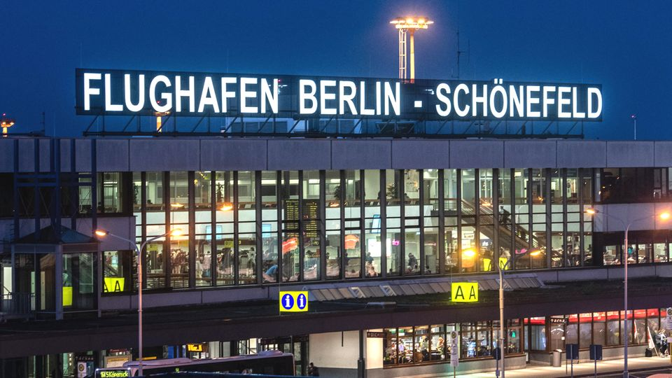Bild 1 von 12der Fotostrecke zum Klicken  1996: Berlin, Brandenburg und der Bund einigen sich darauf, dass der zukünftige Hauptstadtflughafen neben dem derzeitigen Flughafen Schönefeld südöstlich von Berlin gebaut wird. Die bisherigen Berliner Flughäfen sollen schließen, wenn der Großflughafen in Betrieb genommen wird.