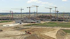 2010: Der Eröffnungstermin des neuen Flughafens wird auf den 3. Juni 2012 verschoben. Der Grund sind geänderte EU-Sicherheitsrichtlinien, die Umbauten notwendig machen, und die Pleite einer der Planungsfirmen.