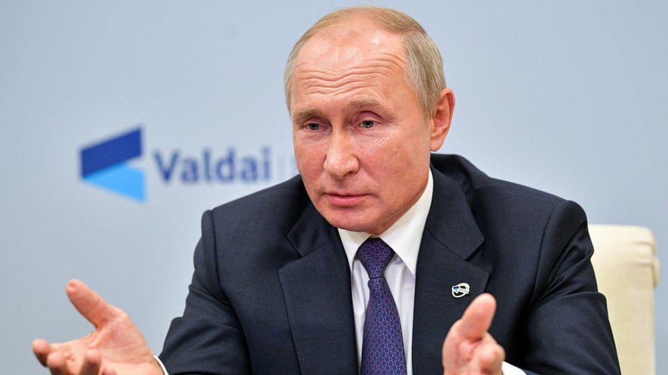 """Wladimir Putin, Präsident von Russland, spricht bei einer Videokonferenz beim Internationalen Diskussionsklub """"Waldai"""""""