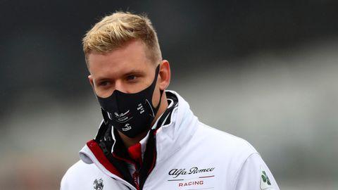sport kompakt: Mick Schumacher mit Mund-Nasen-Schutz