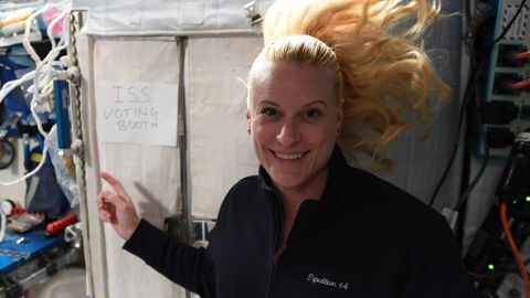 US-Astronautin Kate Rubins wählt an Bord der ISS.