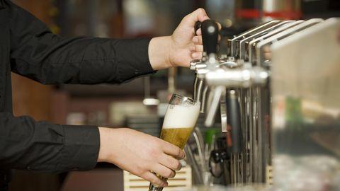 Nachrichten aus Deutschland: Kellner zapft Bier in ein Glas