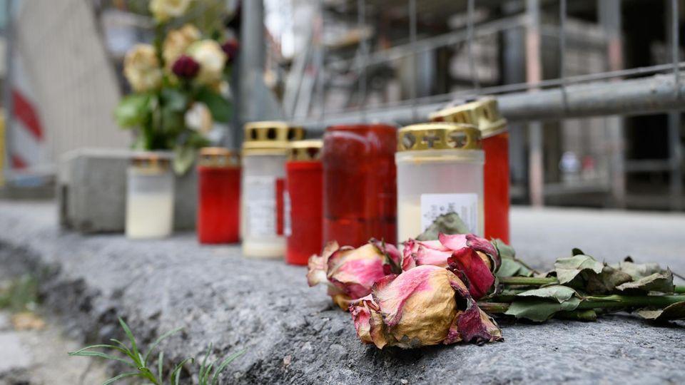 Sachsen, Dresden: Blumen und Kerzen liegen unweit des Residenzschlosses vor einem Bauzaun an der Schlossstraße