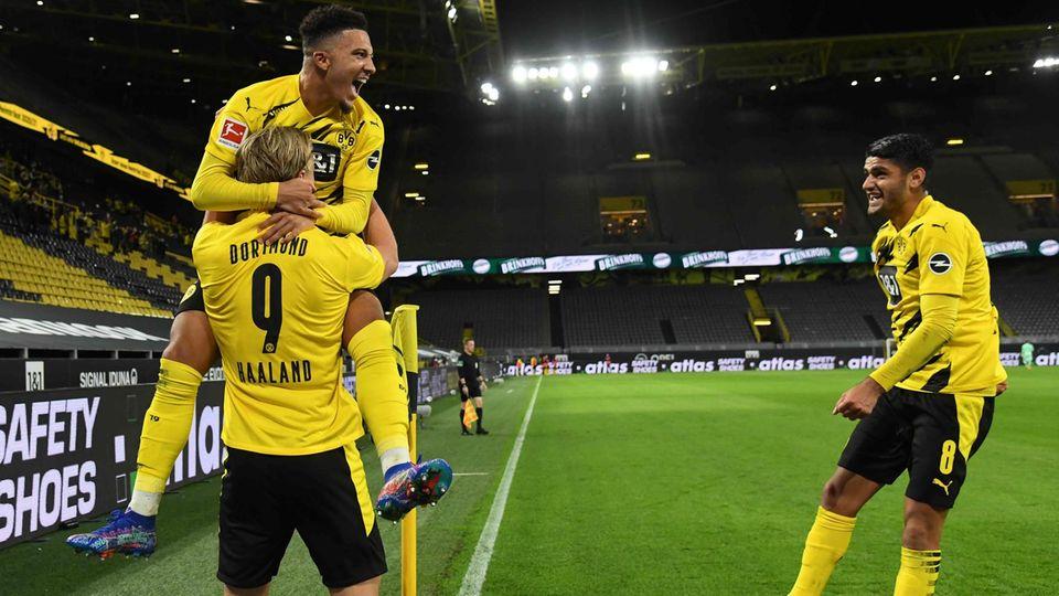 ErlingHaaland feiert mit Jadon Sancho und Mahmoud Dahoud (r.) sein Tor zum 2:0 gegen Schalke