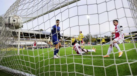 Lassina Traore (m.) erzielt in dieser Szene eines seiner fünf Tore gegen VVV Venlo