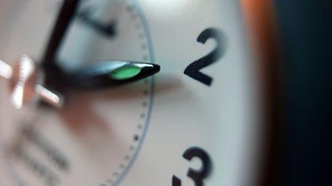 Der Zeiger eines Weckers steht auf zwei Uhr