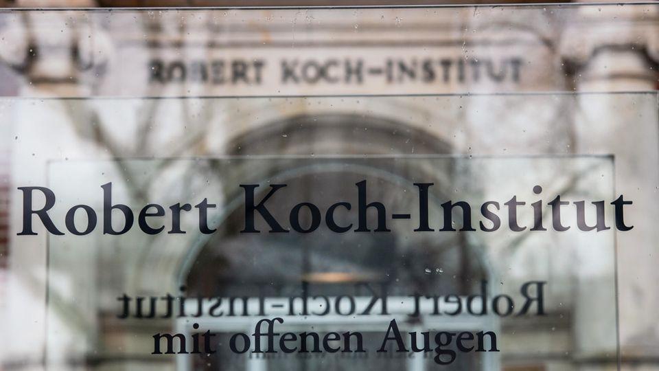 """""""Robert Koch-Institut"""" steht auf einem Schild vor dem Eingang des Instituts"""