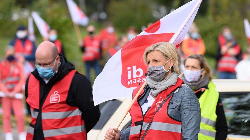 Teilnehmer eines Warnstreiks während einer Kundgebung
