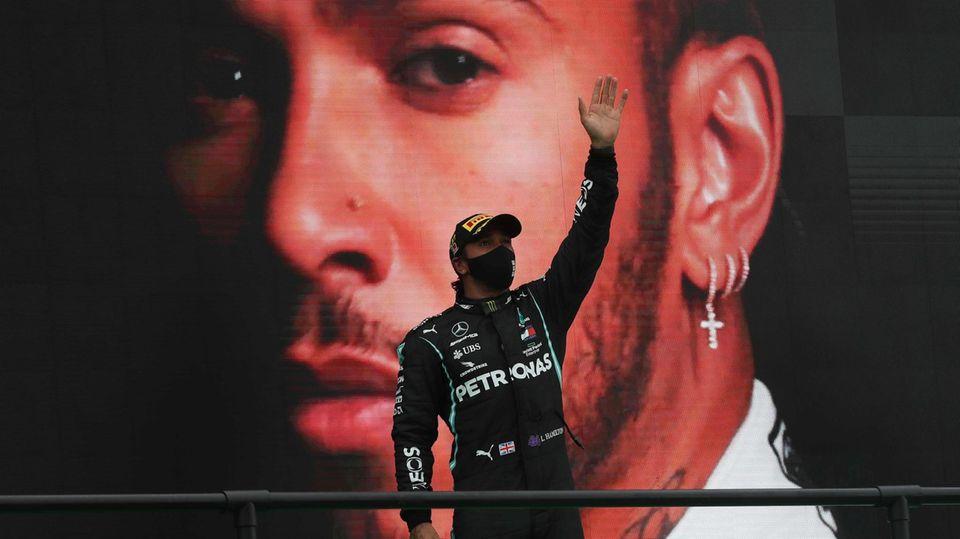 Hamilton auf Siegertreppchen