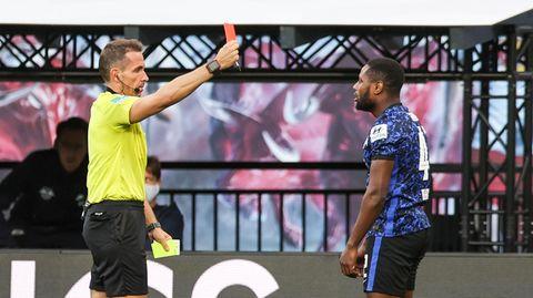 Ungerechte Entscheidung: Schiedsrichter Tobias Stieler zeigt Hertha-Profi Deyovaisio Zeefuik