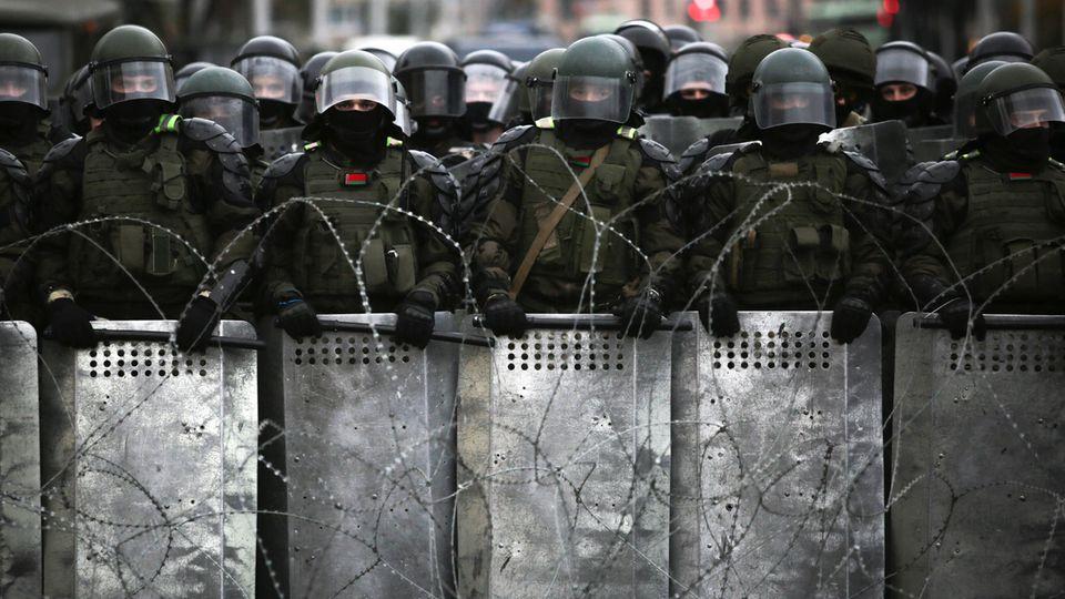 Belarus, Minsk: Belarussische Polizeibeamte blockieren während eines Protests eine Straße