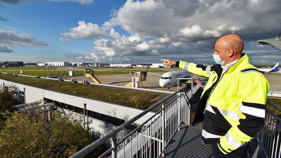 Carlos Alcántara steht auf dem Dach desAuslieferungszentrums in Hamburg-Finkenwerder, wo die neuen Jets an Kunden übergeben werden