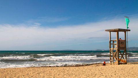 Ein Bademeister arbeitet am leeren Strand von Palma.