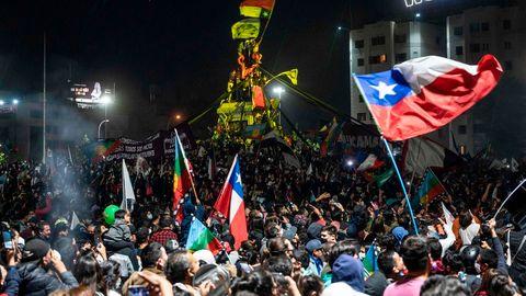 Tausende Menschen feiern in Chile nach dem Verfassungsreferendum.