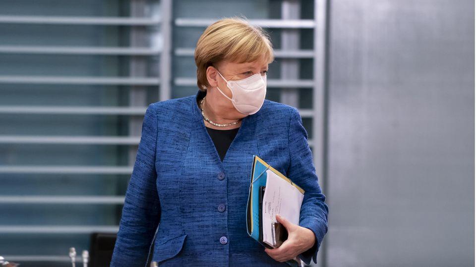Bundeskanzlerin Angela Merkel (CDU) mit Maske