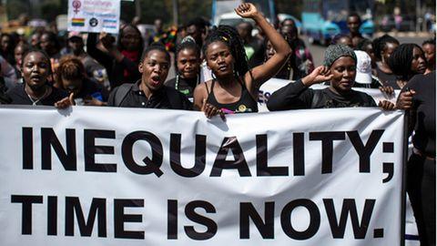 Demonstranten in Nairobifordern gerechtere Lösungen für Ungleichheit, Klimawandelund andere Menschenrechtsfragen.