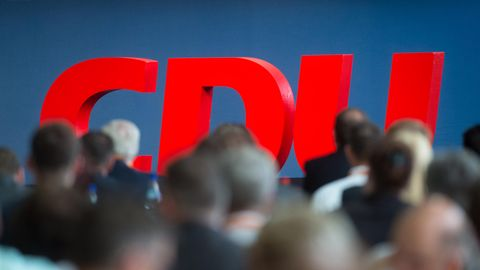 CDU steht auf der Bühne eines Parteitages (Archivfoto)