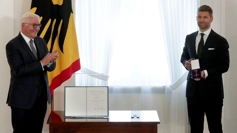 Thomas Hitzlsperger bekommt von Bundespräsident Frank-Walter Steinmeier das Bundesverdienstkreuz