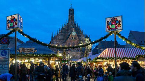 Blick auf die Frauenkirche und den Nürnberger Christkindlesmarkt