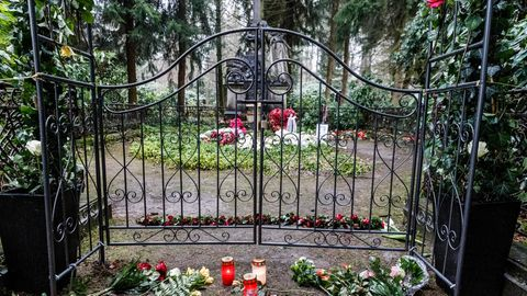 Nachrichten aus Deutschland – Unbekannte beschädigen Hamburger Grabstätte von Jan Fedder