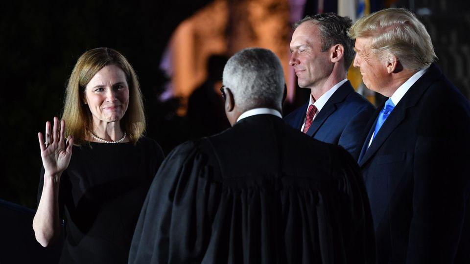 Amy Coney Berrett legt den Eid auf die US-Verfassung ab