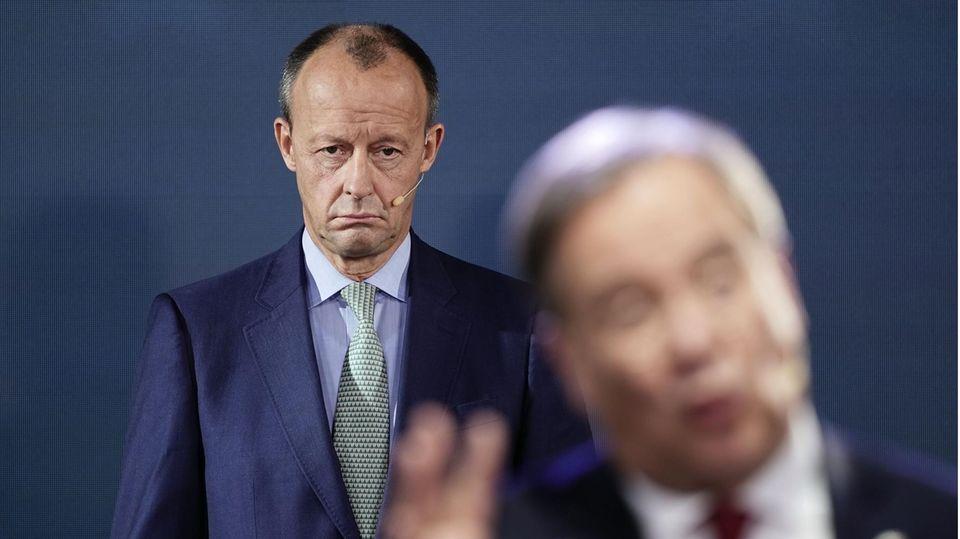 Die CDU-Vorsitzkandidaten Friedrich Merz (im Hintergrund) und Armin Laschet