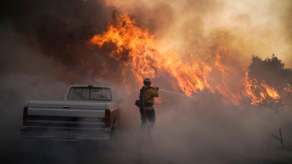Ein Feuerwehrmann im Einsatz gegen das sogenannte Silverado-Feuer in Südkalifornien (USA)