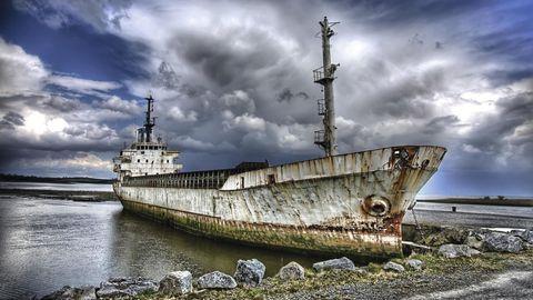 """Bild 1 von 11 der Fotostrecke zum Klicken:Irland amFluss Shannon  DiesesKüstenmotorschiff rostet am Ufer des Shannon vor sich hin. Eines von vielen Motiven aus dem neuen Bildband """"Wracks"""", der bei Geramond erschienen ist."""