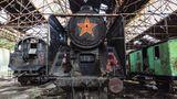 Ungarn: Budapest  Diese Lokomotive wurde einst vom sowjetischen Militär genutzt. Jetzt verkommt das Stahlross in der Ruine des Bahnbetriebswerkes Istvántelek