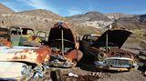 USA: Death Valley  Abgestellt in der trockenen Wüste Kaliforniens: Doch die meisten Chromteile dieser Oldtimer glänzen noch.