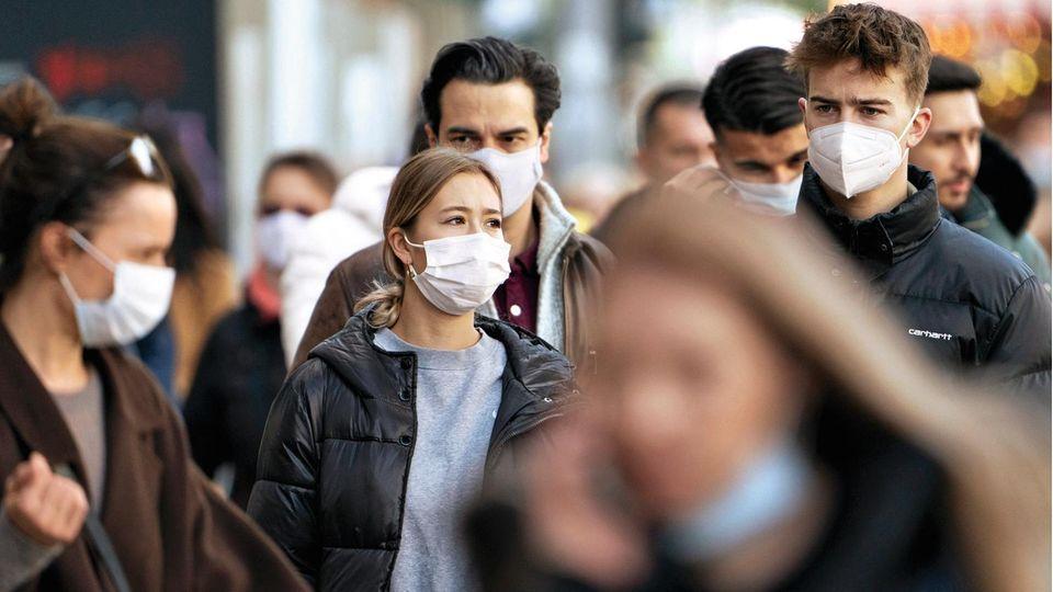 Maskenpflicht auch unter freiem Himmel: Wie hier auf dem Kurfürstendamm in Berlin müssen auf vielen Einkaufsstraßen auch außerhalb der Läden Mund und Nase bedeckt werden