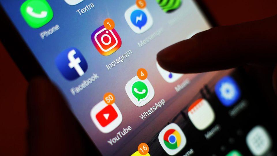 Ein Blick auf ein Smartphone mit verschiedenen Social Media Apps - WhatsApp-Status löschen