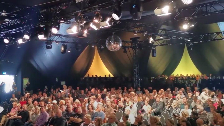 Voller Konzertsaal und Besucher ohne Masken bei Jazzkonzert in Dresden.